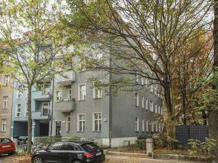 Drei Nettokaltmiete frei - Umfassend sanierte Wohnung mit Einbauküche und Parkett