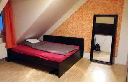 Moderne komplett ausgestattete Traum-WG mit großem Wohnzimmer und Balkon