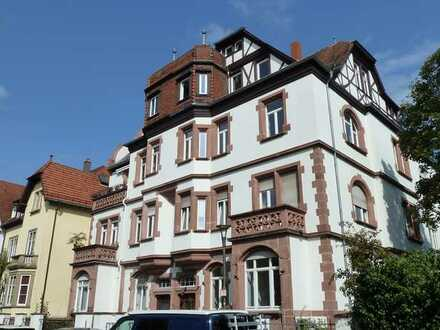 Geschmackvolle, neu renovierte Altbauwohnung mit fünf Zimmern sowie 2 Balkonen und EBK