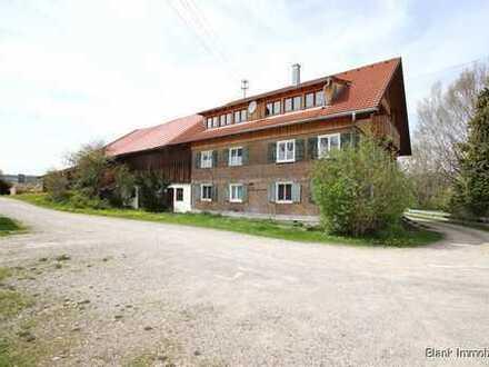 Bauernhaus mit vielen Zimmern, Scheune und Grundstück - in Wertach