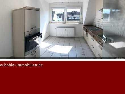 Klasse Dachgeschosswohnung mitschönem Bad, Einbauküche und wenig Schrägen!