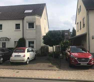 Schönes, geräumiges Haus mit sechs Zimmern in bester Lage in Refrath