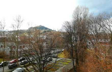 4 Zimmer, 110 m² Wohnfläche (sanierg.-/renov.bedürftig) mit Balkon; in grünem Umfeld mit Weitblick
