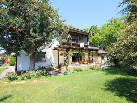 Für Handwerker! Zweifamilienhaus mit ausgebautem Dachgeschoss und großem Garten