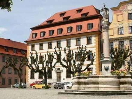 Schöne 3-Zimmer-Mansarden-Wohnung in saniertem Barockhaus am Karlsplatz in Neuburg (3. Stock)