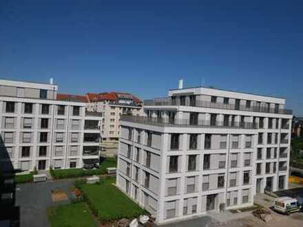 * 100 m² sonnige Dachterrasse und Blick bis zum Elbhang *