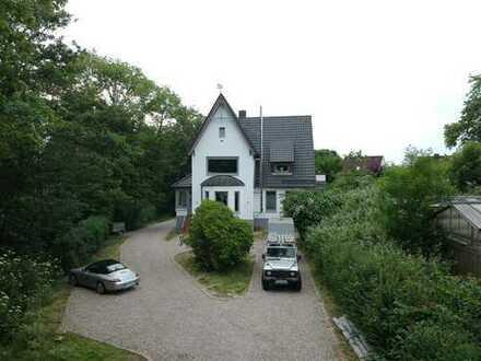 Luxusvilla am Rande von Kitzeberg mit Seeblick und Waldrandlage,