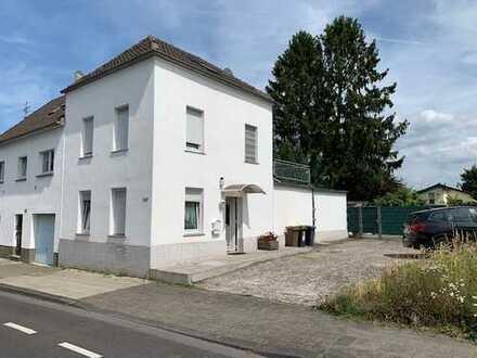 Doppelhaushälfte mit großem Gartengrundstück, Terrasse und Stellplätzen