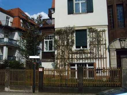 Sanierte 4-Zimmer-Hochparterre-Wohnung mit Balkon und Einbauküche in Dresden