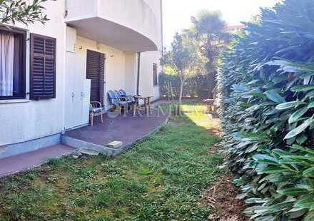 Malinska, zu verkaufen, Erdgeschosswohnung mit schönem Garten nur 200 m vom Meer entfernt!