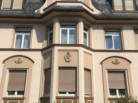 Gepflegte 5-Zimmer-Wohnung mit Wintergarten. Einbauküche kann übernommen werden.