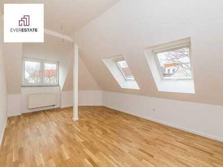 Provisionsfrei und frisch renoviert: Single-Dachgeschosswohnung mit neu verlegtem Eichenparkett