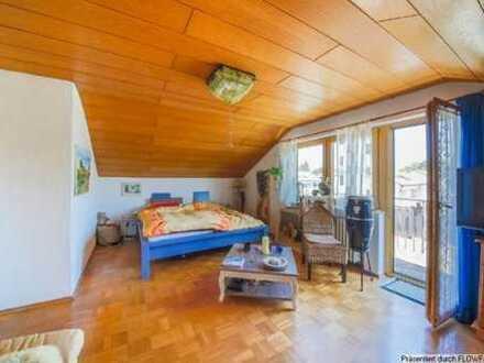 Stilvolles Dachgeschoss-Zimmer mit eigenem Balkon + Bad und WG-Küche in Weingarten