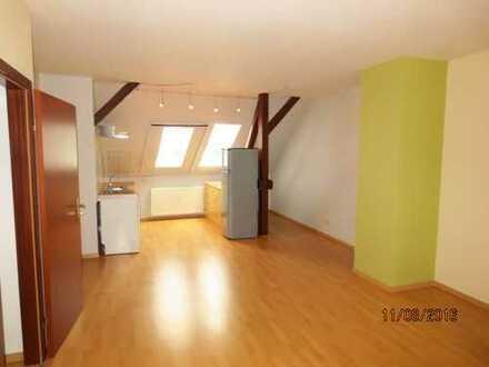 Tolles 2-Raum-Dachgeschoss mit offener Küche - Laminat - Wannenbad -