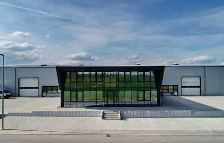 Zur Miete: Produktionshalle mit zweistöckigem Büro/-Sozialtrakt und Freifläche