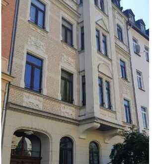 Erschwingliche und sanierte 2-Zimmer-Wohnung mit Einbauküche und Balkon in Plauen