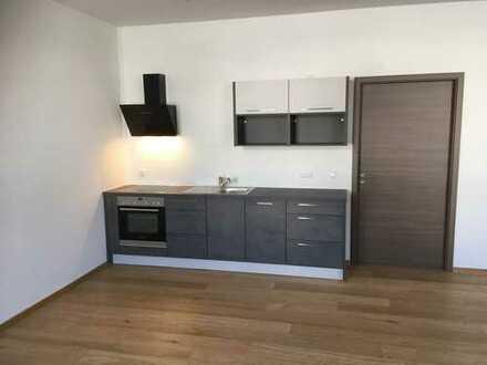 Neu Renovierte Wohnung im EG mit Einbauküche und 2 Stellplätze.Stufenloser Zugang