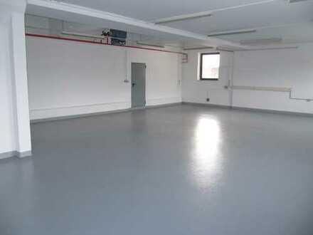 Lager/Halle mit Büro 380 qm . Zentral gelegen auf Gewerbehof. Aussreichend PKW - Stellplätzte.