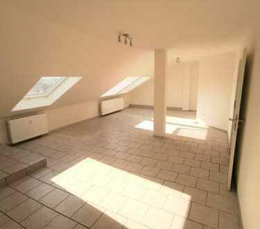 Frisch renovierte 3-Zimmer-Wohnung mit TGL-Bad, KFZ-Stellplatz und Garage