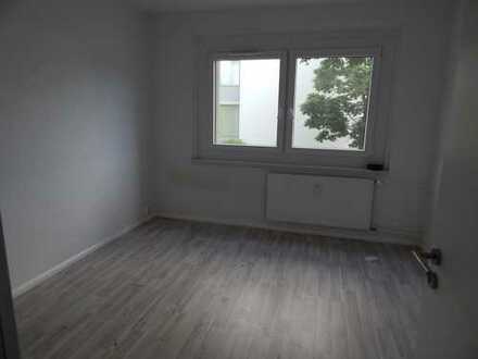 BONUS: 400 € geschenkt! 4-Raum Wohnung mit Balkon & Badewanne, EBK möglich