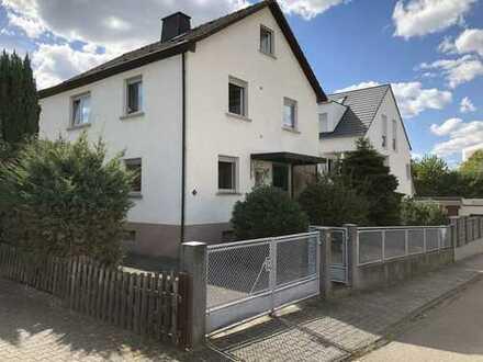 Von Privat: Zweifamilienhaus mit erheblichem Erweiterungspotenzial in ruhiger Wohnlage in Steinheim