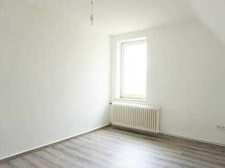 Frische zum kleinen Preis! Teilsanierte 2-Zimmer-Wohnung im Dachgeschoss!