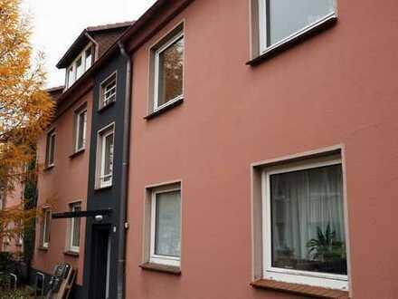 Zu vermieten: Modernisierte Zwei-Zimmer-Wohnung in grüner und ruhiger Lage