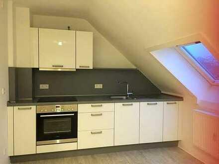 Schöne 2 Zimmer Wohnung im DG. Küche kann übernommen werden.