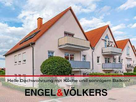 Helle Dachwohnung mit Küche und sonnigem Balkon!