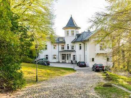 Stilvolle Terrassenwohnung mit fantastischem Blick in den privaten Park und bis zur Elbe!