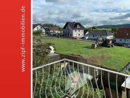**Attraktive frisch renovierte Dachgeschosswohnng mit EBK und Balkon in ruhiger Wohnlage**