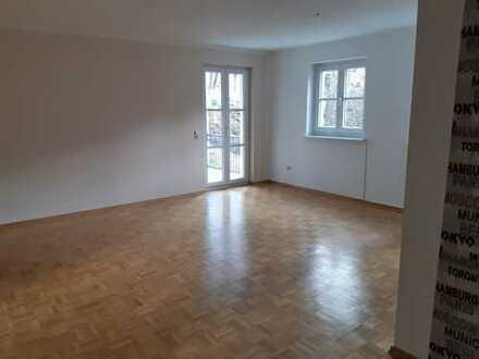 Wunderschöne 4-Zimmer-Wohnung mit 2 Balkonen, EBK und zwei Garagenstellplätzen in Deggendorf