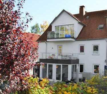 Wohnkomfort zum Verlieben: Traumhafte Dachstudiowohnung in romantischem Anwesen mit Fernblick