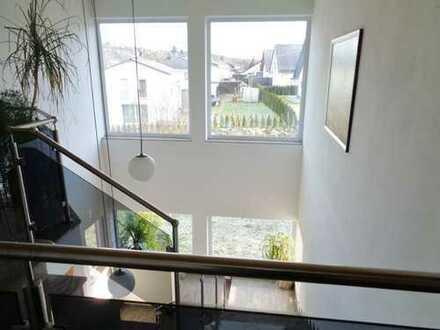 Gewerbehalle 375 m² + exklusives Büro 185 m² + 2 Wohnungen 190 m² Wfl. auf 1100 qm Grund