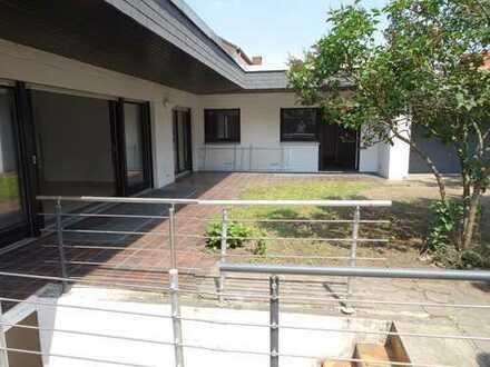 Schöner Winkelbungalow mit großer barrierefreier Wohnfläche im EG mit Garten und Garage