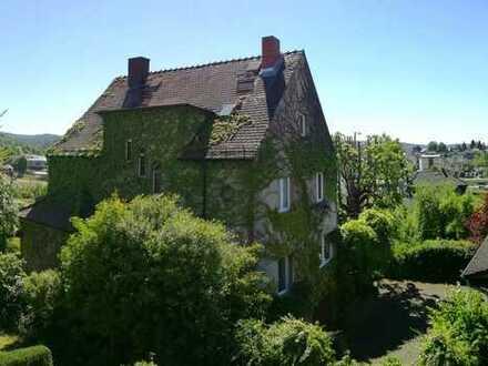***Stilvolles Wohnhaus aus den 30-er Jahren mit sep. Praxisgebäude in Erbach***