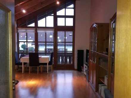 Stilvolle, gepflegte 2,5-Zimmer-DG-Wohng mit Sichtdachstuhl, Balkon, EBK