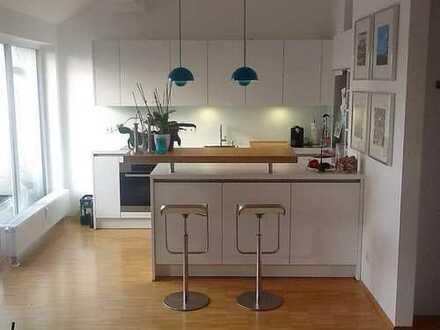 Helle, moderne DG-Wohnung mit offener Küche, Terrasse und bis zu 3,50 m Deckenhöhe in Germering