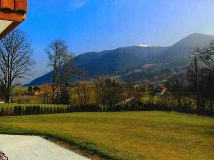 Landhausvilla mit drei Wohnungen in sonniger und ruhiger Lage mit unverbaubarem Blick!