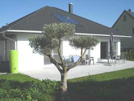 Top Angebot! Neuwertiger Bungalow mit 2 Terrassen und schönem Garten!