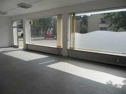 Großzügige Geschäftsräume mit großem Schaufenster und Garten in ruhiger Umgebung