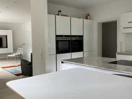 Geräumige und hochwertig sanierte 4-Zimmer Erdgeschoss-Wohnung mit moderner Einbauküche im Süden