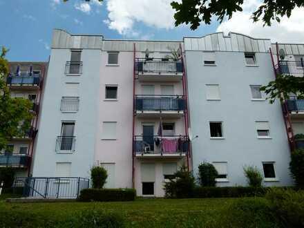 Gepflegte Wohnung mit einem Zimmer sowie kleine Terrasse und Einbauküche in Rastatt Rheinau