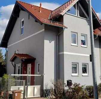 Schöne Doppelhaushälfte mit Garten - ideal für die junge Familie - in beliebter Lage!