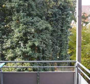 Tolle Kapitalanlage: Zentrale 3 Zimmer-Altbau-Wohnung mit Balkon