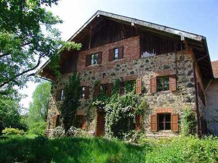 LÄNDLICHE IDYLLE IM CHIEMGAU Historisches Anwesen mit ca. 11 Hektar Grund