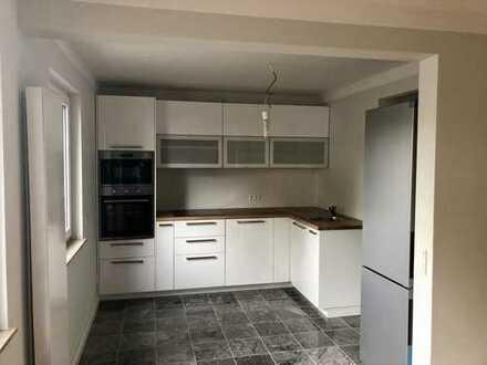 Provisionsfrei, elegante und luxuriöse 4-Zimmer Wohnung . Ebenerdig mit einer rissigen Terrasse
