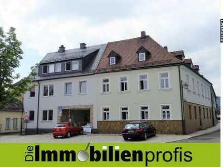 Am Marktplatz: 2 stilvolle Mehrfamilienhäuser mit Gewerbeeinheit und Nebengebäude in Kirchenlamitz