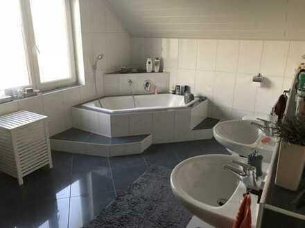 Schöne 3,5-Zimmer-DG-Wohnung mit Balkon und EBK in Rosengarten