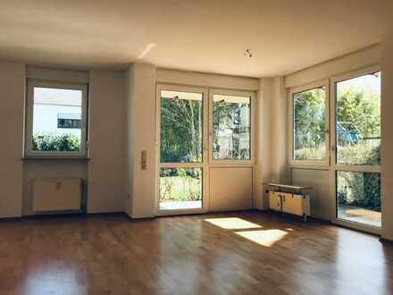 Niederfeld: Helle, gepflegte 2-Zimmer-Wohnung mit Parkett, Terrasse und EBK